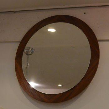 Miroir sur fond teck